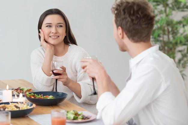 Pessoas tiro médio com taças de vinho