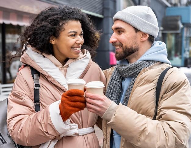 Pessoas tiro médio com xícaras de café