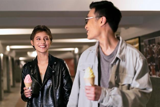 Pessoas tiro médio segurando sorvete