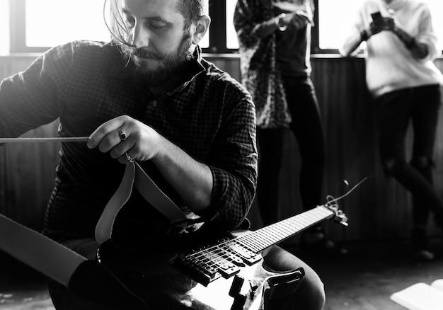 Pessoas tocando banda de ensaio de guitarra