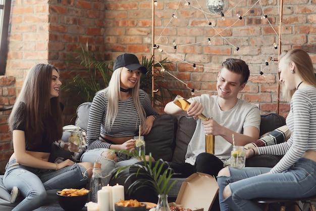 Pessoas tomando drinques e comemorando no bar