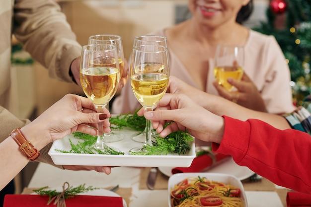 Pessoas tomando taças de champanhe