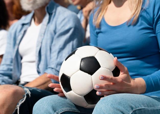 Pessoas torcendo pelo time de futebol do seu país