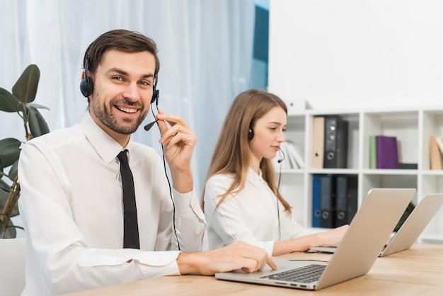 Pessoas trabalhando em call center