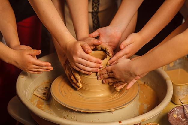 Pessoas trabalhando em ceramistas.