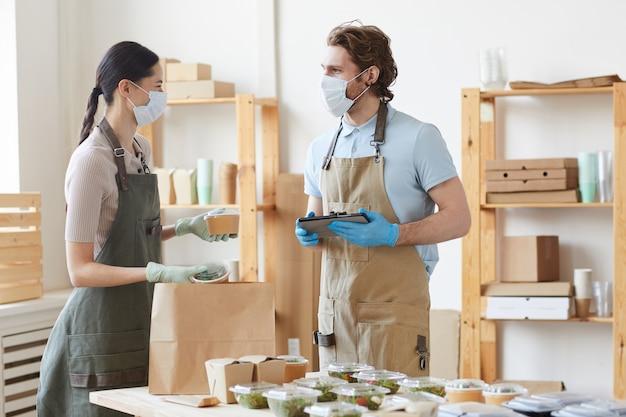 Pessoas trabalhando em equipe, organizando a entrega de alimentos orgânicos