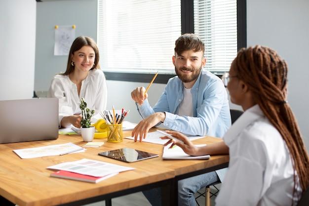 Pessoas trabalhando juntas em uma empresa iniciante