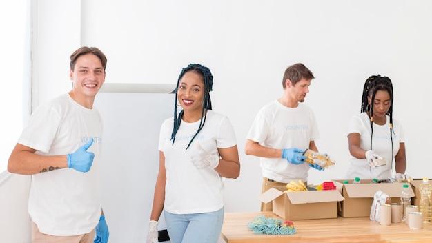Pessoas trabalhando juntas em uma instalação de doação