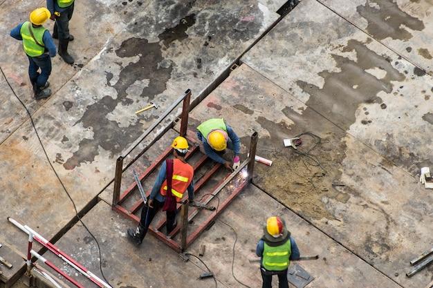 Pessoas trabalhando no lado da constrição