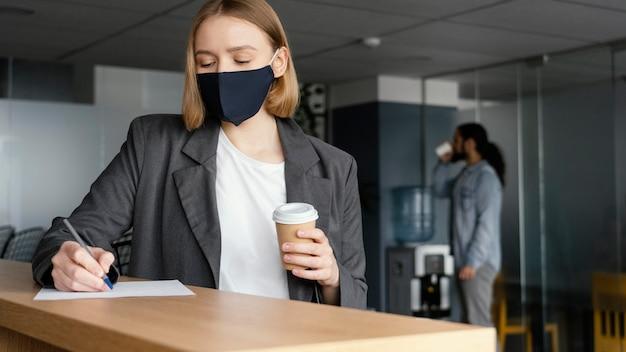 Pessoas trabalhando respeitando a restrição de distanciamento social