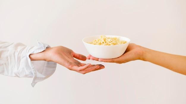 Pessoas trocando comida por dia de caridade alimentar