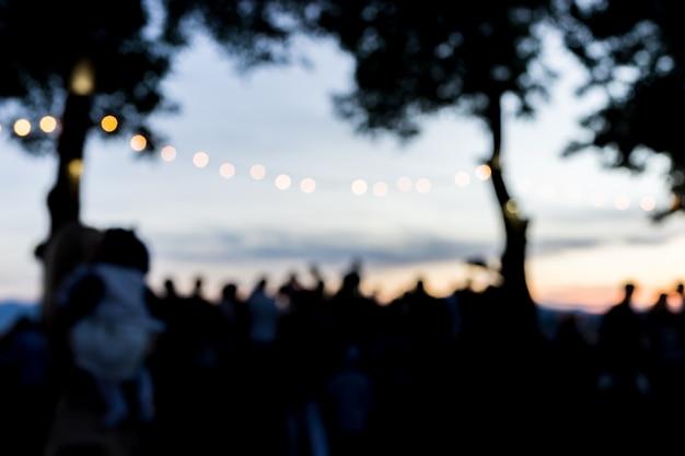 Pessoas turcas borradas ao ar livre esperando o pôr do sol