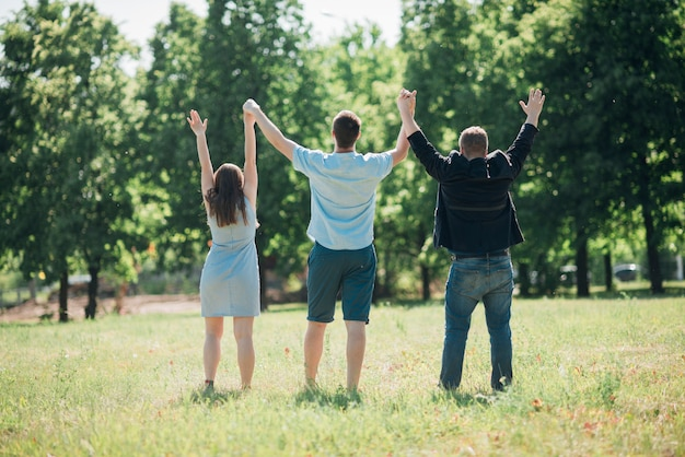 Pessoas unidas em pé e segurando as mãos