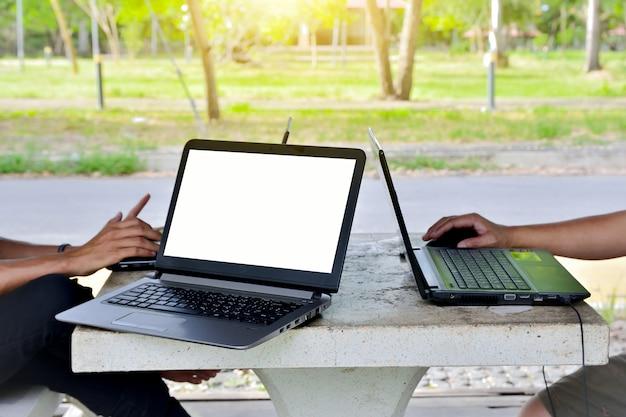 Pessoas, usando computador, caderno, por, internet móvel, online, para, trabalho