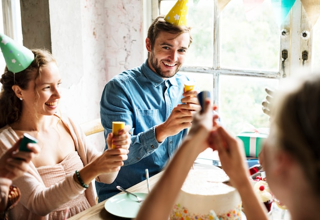 Pessoas, usando, partido, estalar, ligado, amigo, aniversário, celebração