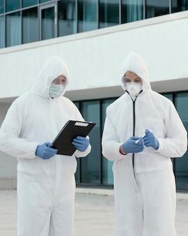 Pessoas usando roupas de prevenção contra um perigo biológico