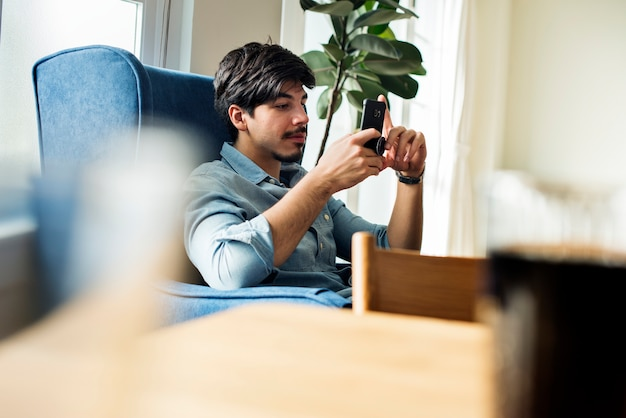 Pessoas, usando, telefone móvel