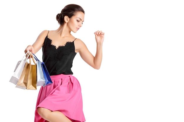 Pessoas, venda, conceito de sexta-feira negra - mulher com sacolas de compras isoladas em branco