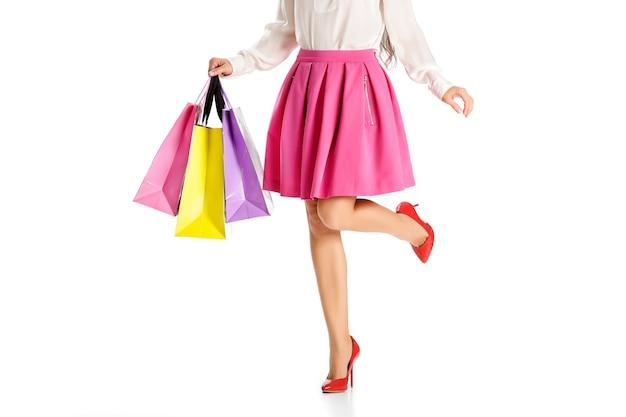 Pessoas, venda, conceito de sexta-feira negra - mulher com sacolas de compras isoladas no fundo branco