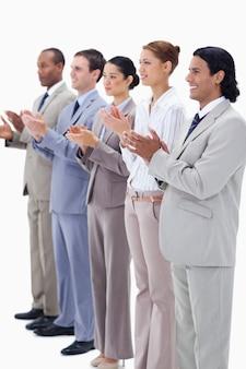 Pessoas vestidas com ternos sorridentes e aplaudindo
