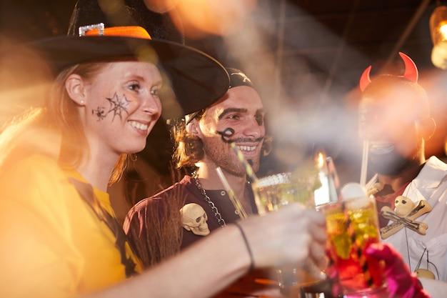 Pessoas vestindo trajes de halloween na boate
