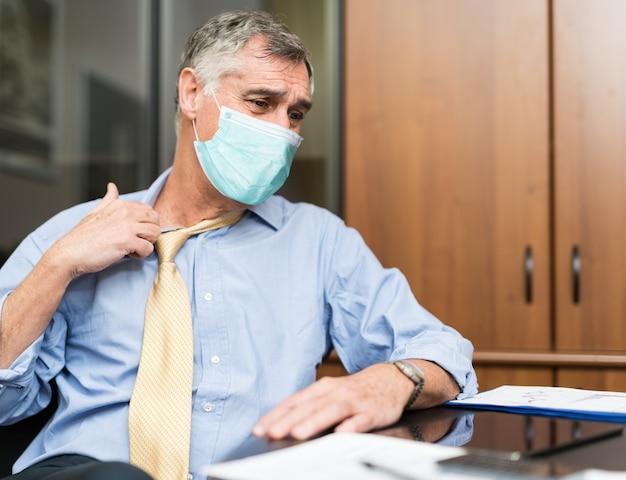 Pessoas vestindo uma máscara sofrendo por clima quente