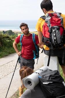 Pessoas viajando juntas com suas mochilas