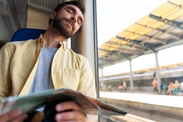 Pessoas viajando sem grandes preocupações