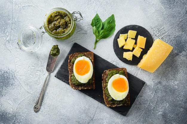 Pesto alla genovese caseiro com ingredientes e ovos cozidos