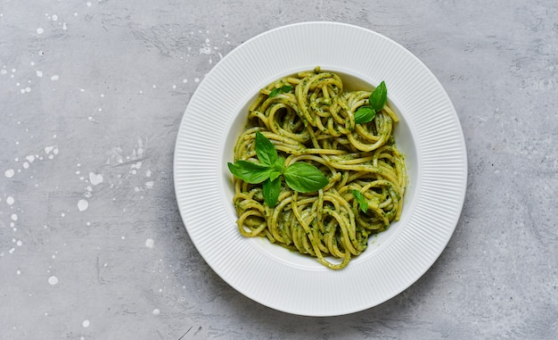 Pesto de macarrão espaguete com manjericão fresco e azeite