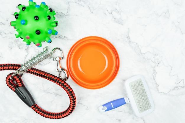 Pet tigela, trelas e brinquedos para cachorro. conceito de acessórios para animais de estimação.