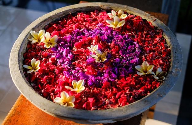 Pétalas de flores em uma tigela