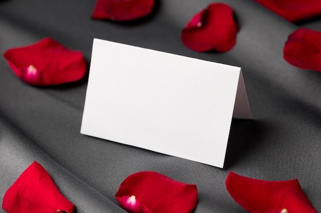 Pétalas de rosa do dia dos namorados com cartão em branco