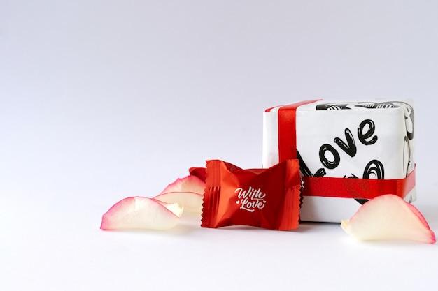 Pétalas de rosa e chocolates. dia dos namorados.