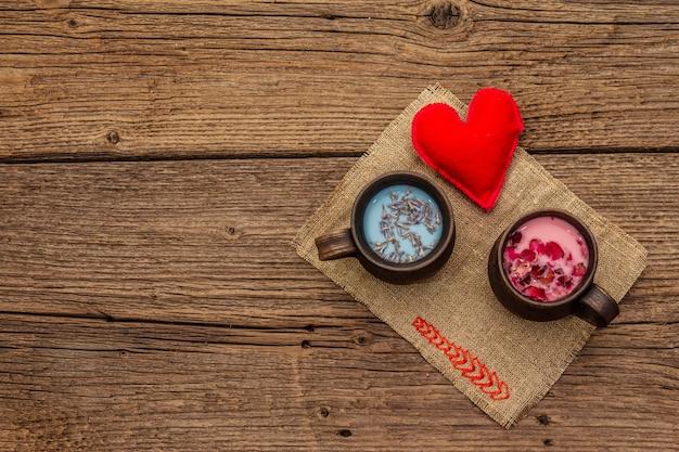 Pétalas de rosa e lavanda com leite com coração de feltro