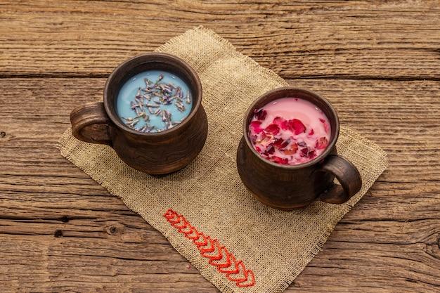 Pétalas de rosa e lavanda com leite de saco