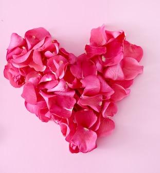 Pétalas de rosa em forma de coração