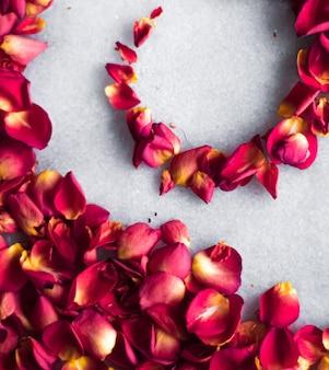 Pétalas de rosa em fundo de mármore decoração floral e casamento flatlay férias cartão pano de fundo para ...