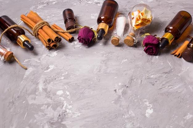 Pétalas de rosa secas, casca de laranja, óleos aromáticos, sal marinho, canela, cópia espaço