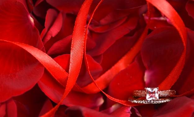 Pétalas de rosas com anel