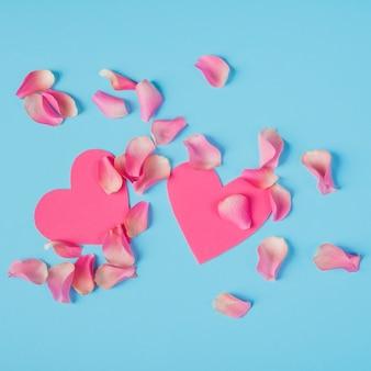 Pétalas de rosas com corações na mesa