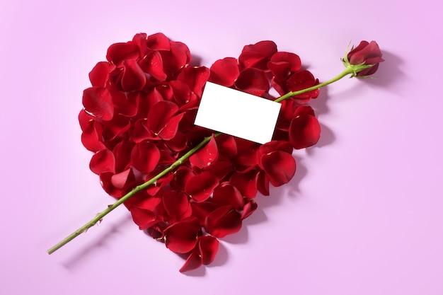 Pétalas de rosas vermelhas em forma de coração, cópia espaço em branco nota