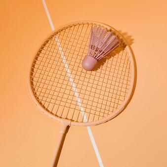 Peteca com vista superior na raquete de badminton