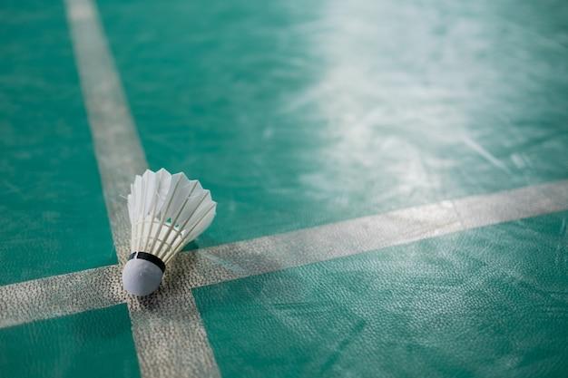 Peteca de badminton em piso verde