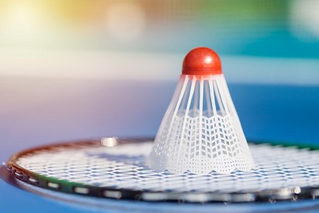 Peteca ou passarinho no fim da raquete de badminton acima.