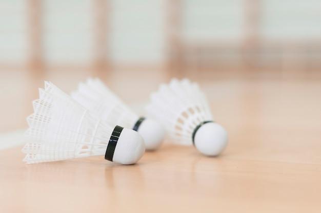 Petecas de badminton colocadas em piso de madeira