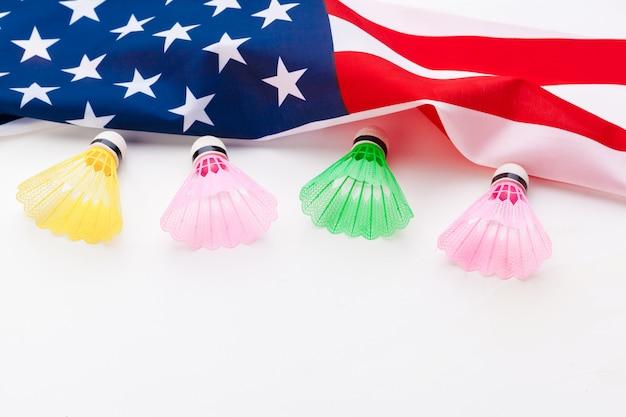 Petecas de badminton e bandeira nacional dos eua
