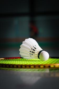 Petecas e raquete de badminton.