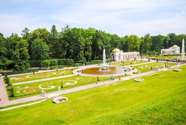 Peterhof recebeu visitantes após a restauração de muitas exposições.