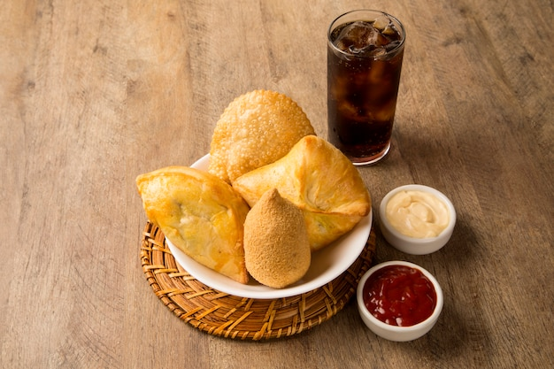 Petisco brasileiro misto de frango frito, esfihas e pastelaria.